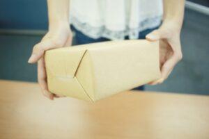郵便物を持っていく