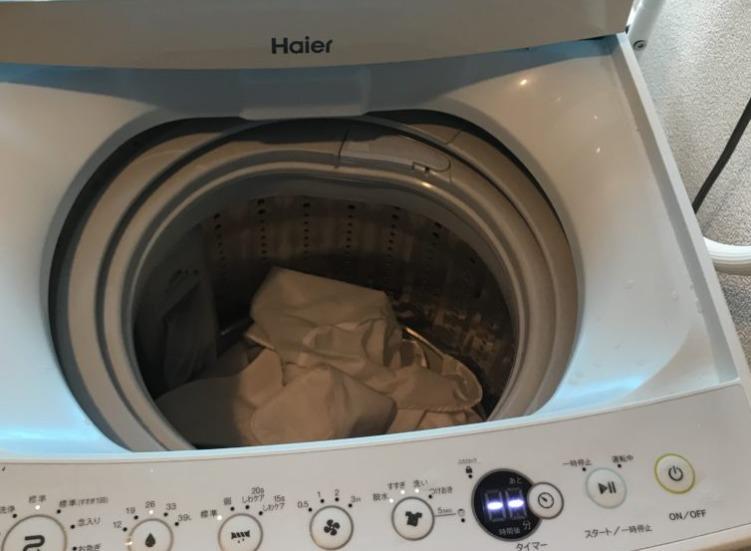 洗濯機に洗濯ものを入れる