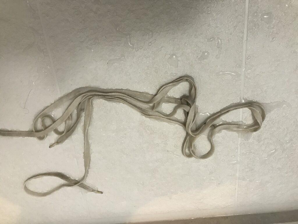 ウタマロで洗う前の靴紐