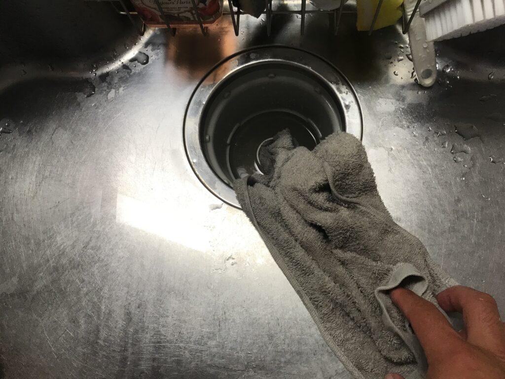 排水溝にタオルを詰める